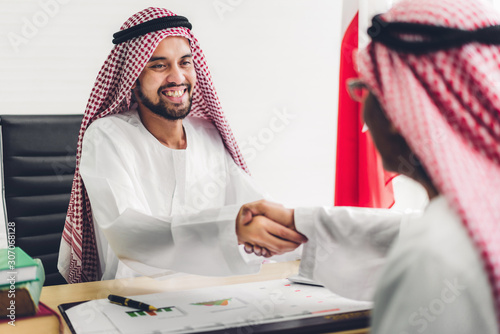Photo Successful of arab business partner handshake together in modern office