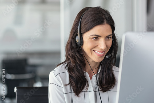 Obraz Smiling latin woman in call center - fototapety do salonu