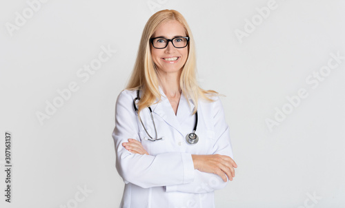 Fotografia Smiling medical physician doctor posing on grey background