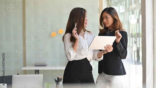 mata magnetyczna Two businesswoman meeting with tablet computer in modern office.