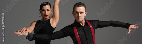 Photo panoramic shot of stylish dancers looking at camera while performing tango isola