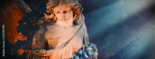Fotografía Ancient statue of beautiful angel in the sunlight