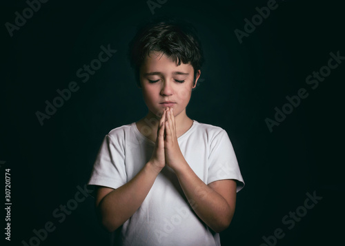 Photo child with hands clasped together praying