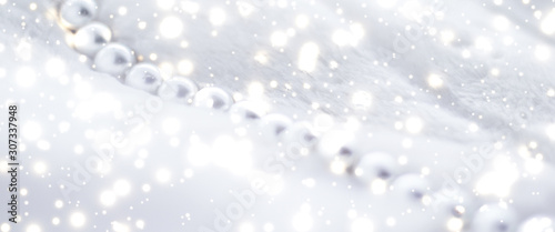 Cuadros en Lienzo Winter holiday jewellery fashion, pearl necklace on fur background, glamour styl