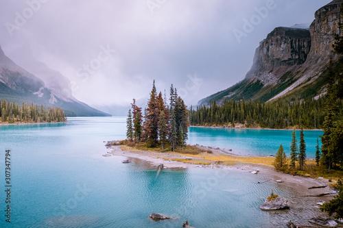 Foto op Plexiglas Purper Maligne lake Jasper Alberta Canada during late Autumn in October