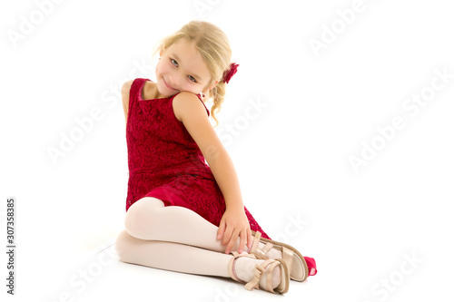 Valokuva Little girl is sitting on the floor.The concept of a happy child