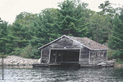 Photo wooden boathouse on the lake