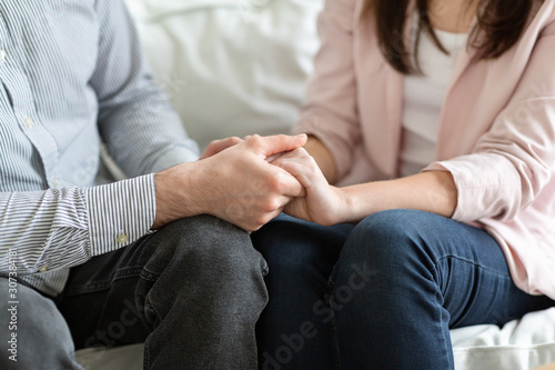 Photo Married couple holding each other hands during family therapy