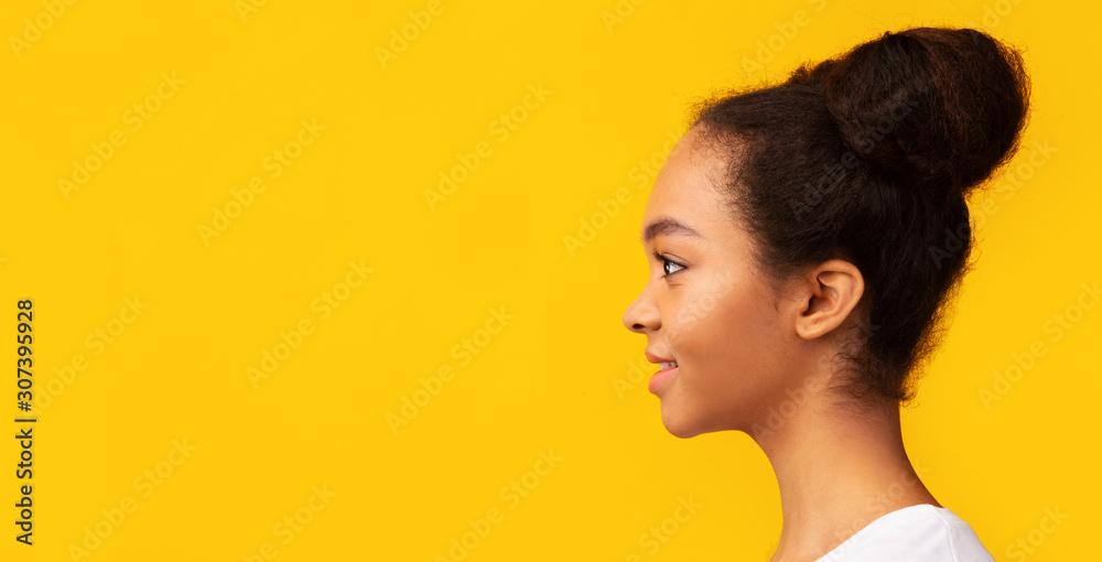 Fototapeta Side view portrait of smiling african american woman