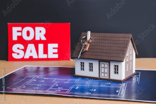 Fotografía  Model of house with key and drawing on table