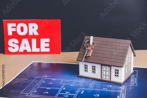 Pinturas sobre lienzo  Model of house with key and drawing on table