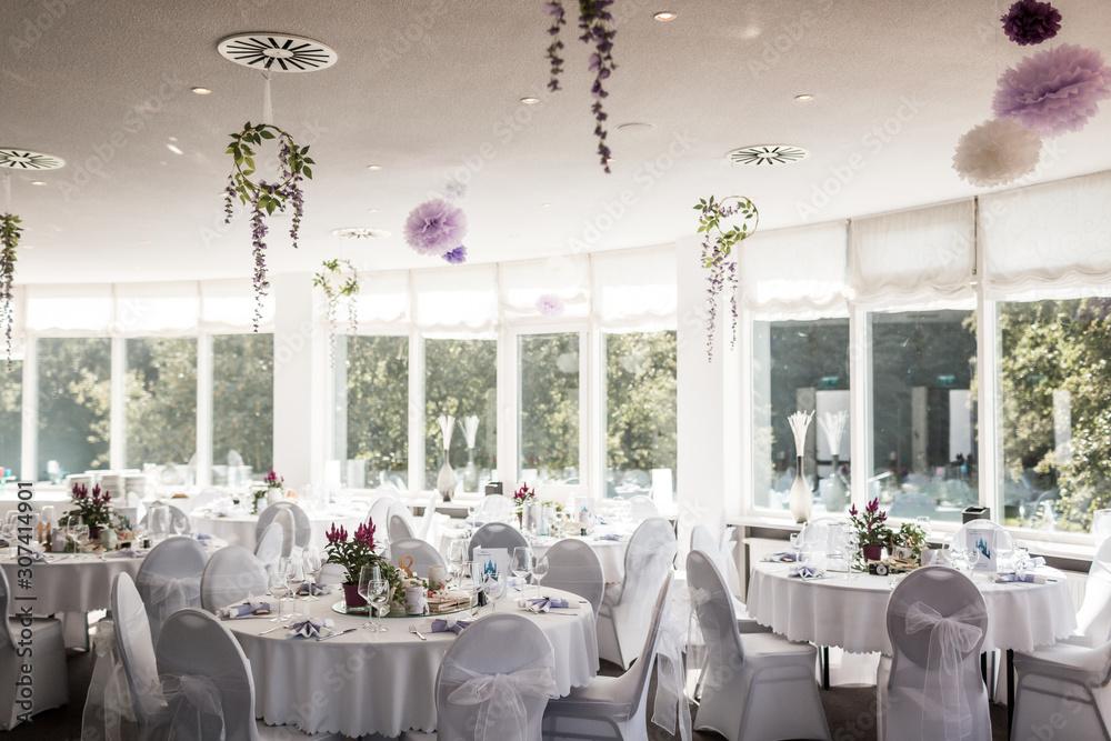 Saal dekoriert für eine Hochzeit mit hängenden Blumen