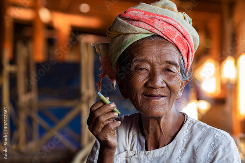 Valokuva Portrait of Happy Old Burmese Lady Smoking a Cigar at Indein Village Near Inle L