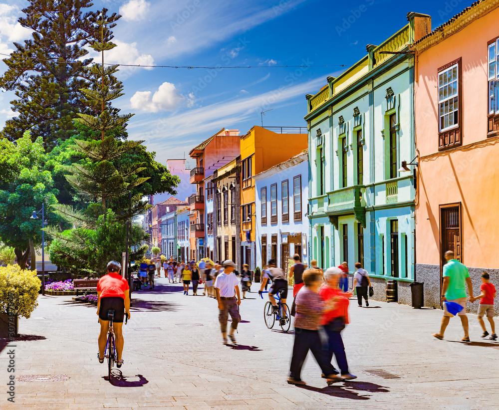 Fototapeta Islas canarias.Tenerife. Calles del pueblo de  La Laguna.