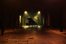 Piano De Cola En La Calle De L...