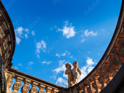 Foto op Plexiglas Historisch mon. Low angle view of statues on retaining wall against blue sky at Dresden, Germany