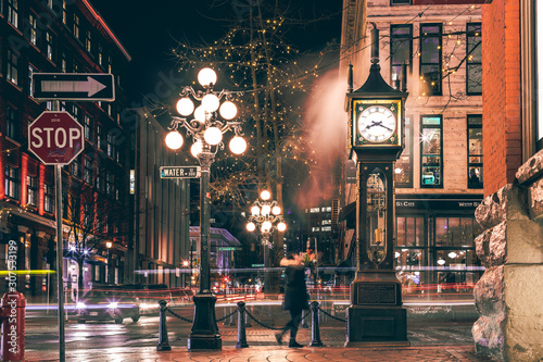 Fotografía  The famous Steam Clock in Gastown in Vancouver city with cars light trails at ni