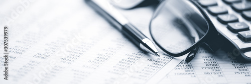 Pinturas sobre lienzo  Close-up Pen Calculator And Reading Glasses On Financial Report - Business Acco