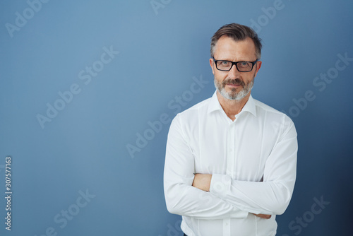 Fotografija Man in glasses and white shirt with arms crossed