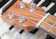 Ukulele auf Klaviertastatur