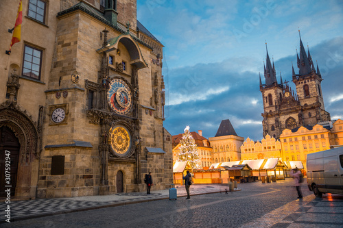 Photo Christmas market with Christmas tree on Old Town square in Prague at early morni