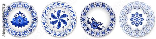 Fotografía Set of blue porcelain plates, floral pattern with Chinese motives