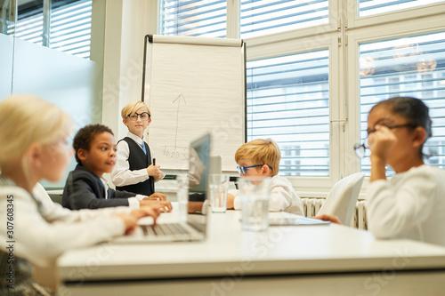 Gruppe Kinder spielt Business Team Meeting