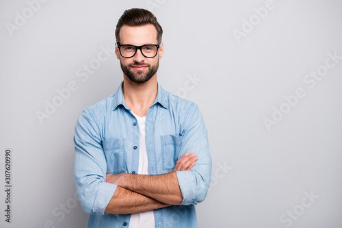 Fotografía  Photo of positive business guy young boss chief hands crossed self-confident per