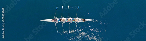 Fotografia Aerial drone top panoramic view of sport canoe rowing synchronous athletes compe