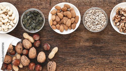 Photo Kerne und Nüsse auf Holzbrett matt