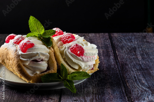 Photo Airy raspberry cake in a plate on a wooden background