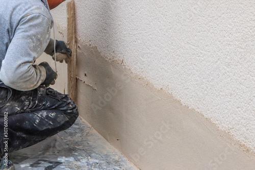 Fotografía Travaux d'étanchéité d'une maison par un maçon utilisant une taloche