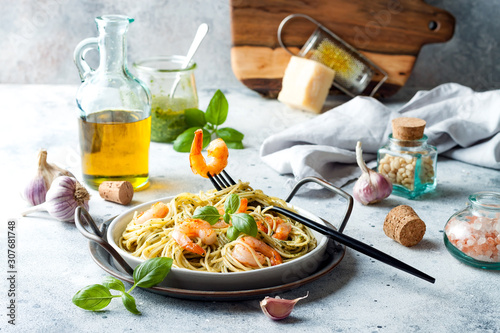 Fotomural Italian pasta spaghetti with grilled shrimps, pesto sauce and fresh basil leaves