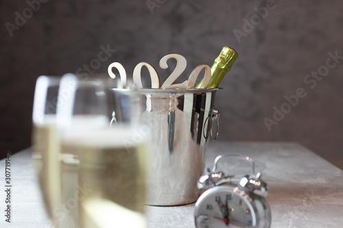 Fototapeta Wiadreko z szampanem, zegar, kieliszki z szampanem, nowy rok sylwester obraz