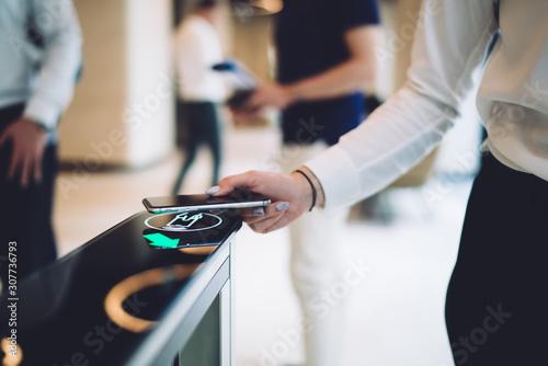 Photo Stylish woman walking through electronic turnstile