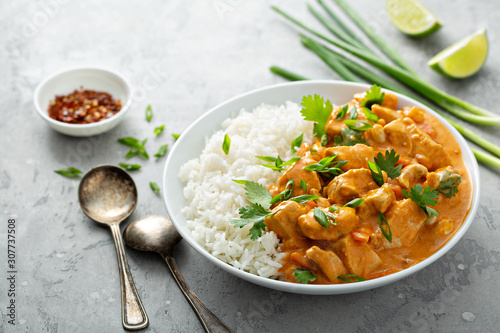 Photo Chicken and cashew red curry with rice and herbs, thai inspired dish