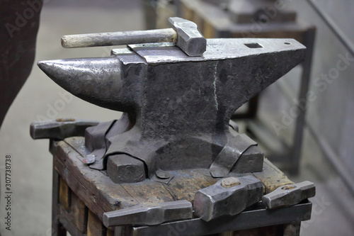 Photo Heavy metal anvil in the forge for forging handmade products