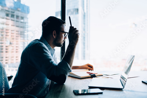 Fototapety, obrazy: Businessman working with laptop in office