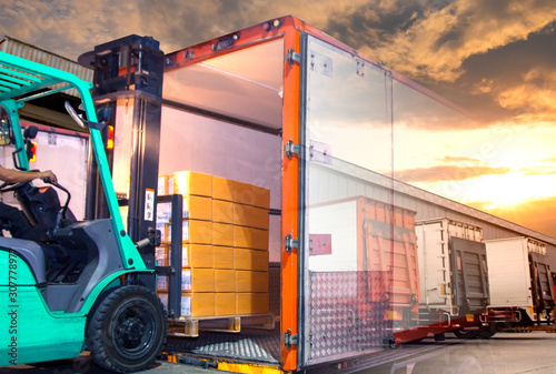 Canvastavla Double exposure of forklift loading shipment goods pallet into the truck contain