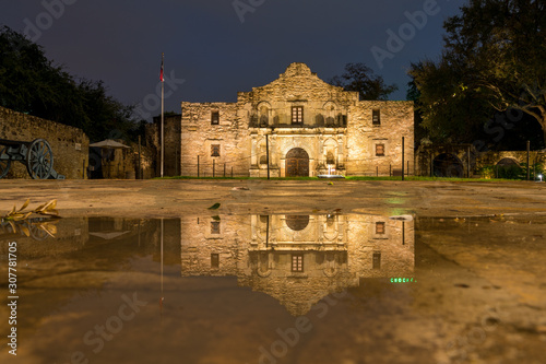 Photo Low Angle View of the San Antonio Alamo Reflected on Rain Puddle