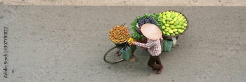 obraz PCV Aerial view of street vendor walking in Hanoi, Vietnam ベトナム・ハノイの通りを歩く行商人 俯瞰