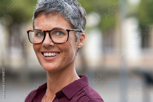 Fotomural Happy mature woman with spectacles