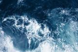 Widok z góry na błękitne fale oceanu. - 307814520
