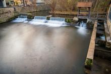 Der Fluss Gera An Der Neuen Mühle In Erfurt Mit Kleinem Wasserfall Als Langzeitbelichtung