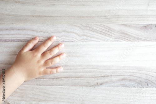 Carta da parati  板に置いた子供の右手