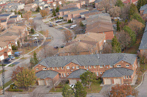 Photo Ariel view of rooftops of north american neighborhood town houses
