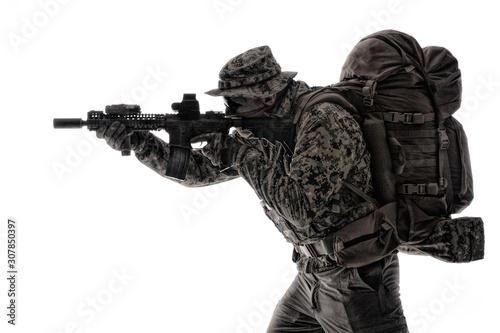 Army infantryman aiming service rifle studio shoot Fototapet