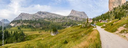 Fototapeta  Dolomity - turystyka górska. Panoram z widocznym szczytem Averau.