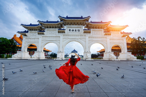 Photo Woman walking at Archway of Chiang Kai Shek Memorial Hall in Taipei, Taiwan