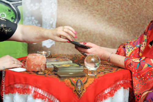 Fototapeta premium Kobieta wróży z kart Tarota